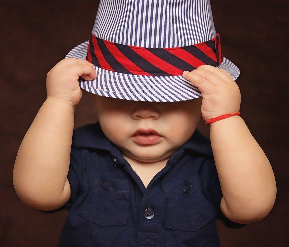 Baby mit Hemd und Hut