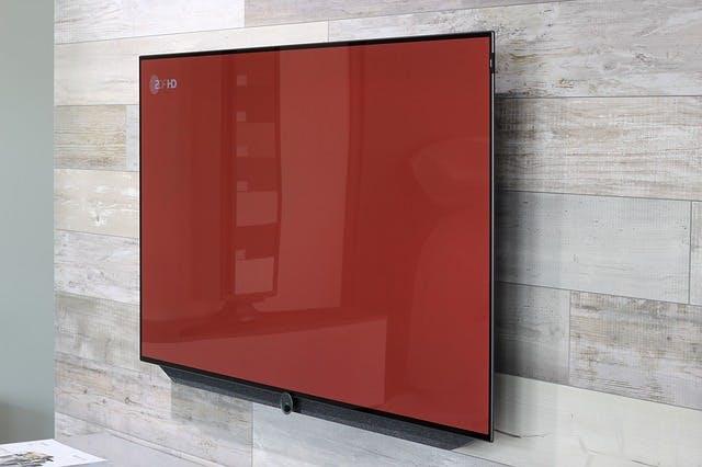 Flatscreen-Fernseher an grauer Wand