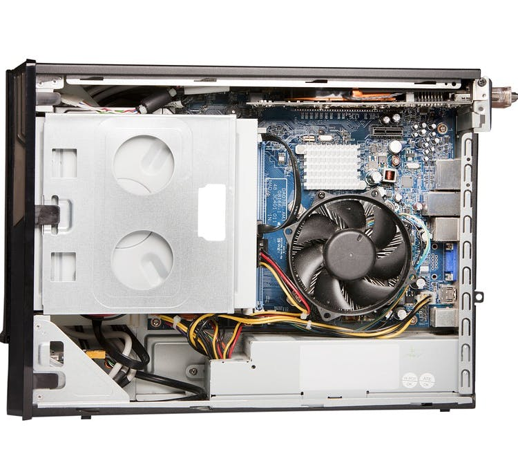 Offener Desktop PC in Seitenansicht