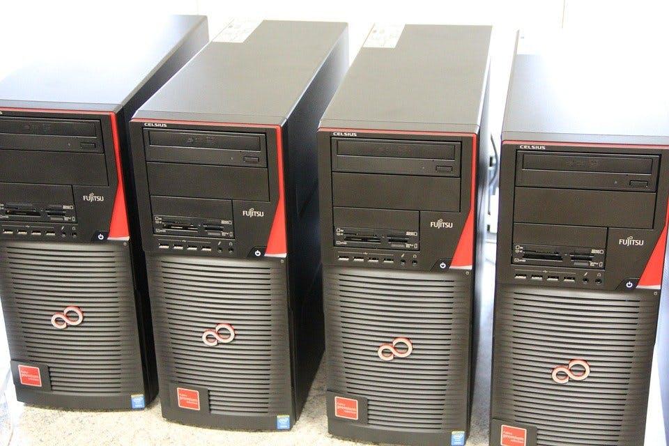 vier Desktop PCs