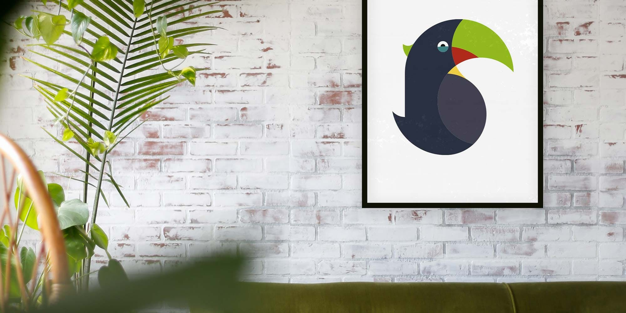 Der farbenfrohe Dschungelbewohner bringt Farbe an eure Wände. Der Tukan von Stadtteilliebe als Poster. Bild von Allie Smith, Unsplash