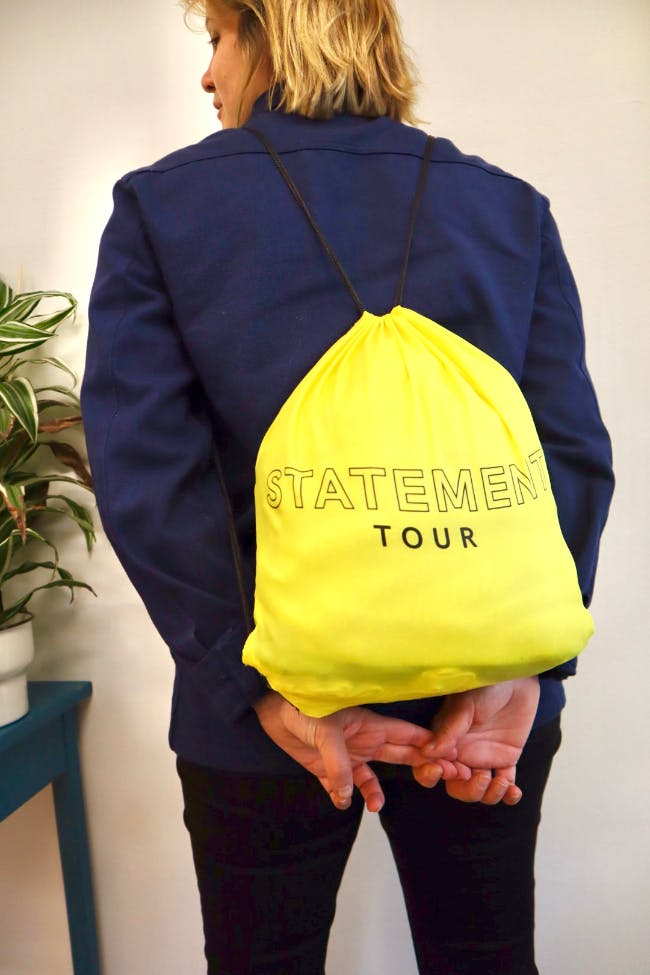"""Gul gymbag med texten """"Statement Tour"""""""