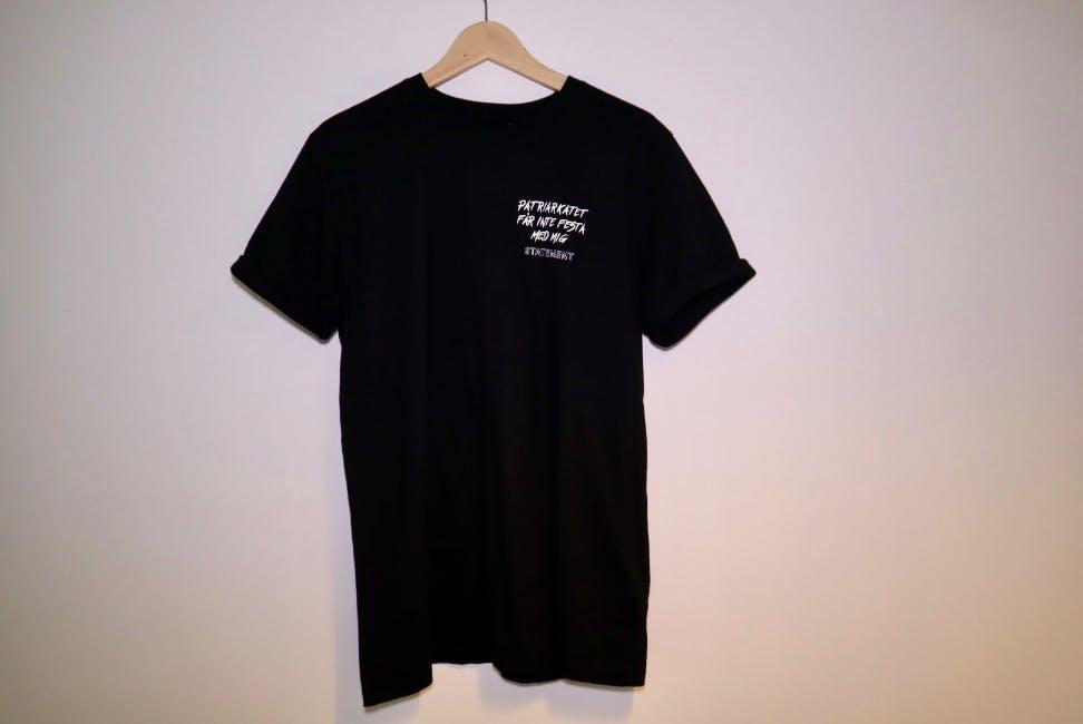 """Svart t-shirt med texten """"Patriarkatet får inte festa med mig"""""""