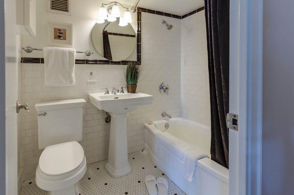 Kylpyhuone, jossa WC-istuin