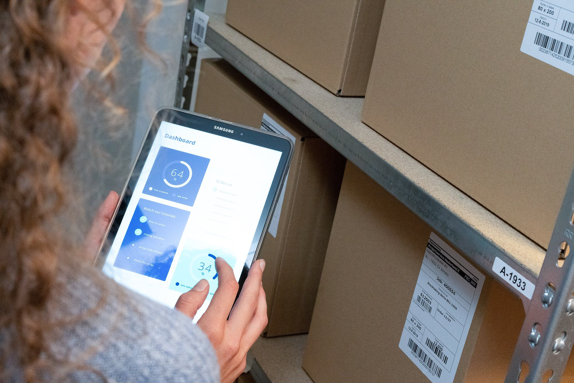 Employee is counting the inventory of a store using the Stocktrace inventory software