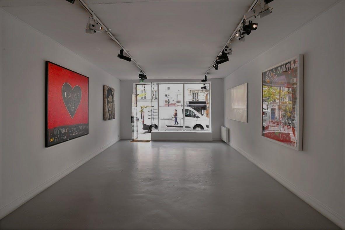 Espace épuré servant comme galerie d'art