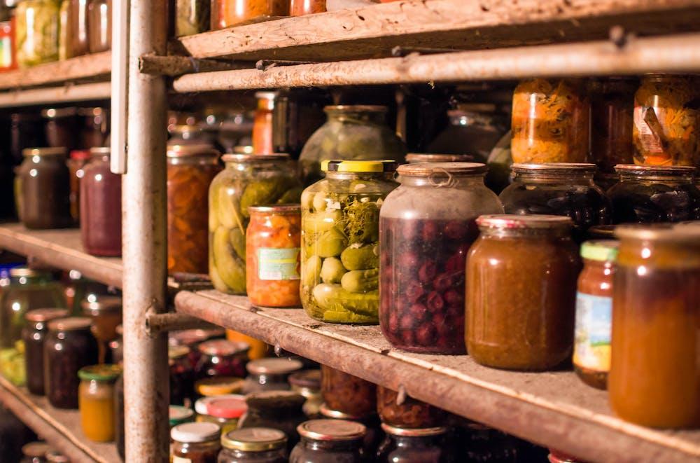 Cum amenajezi cămara de alimente de acasă