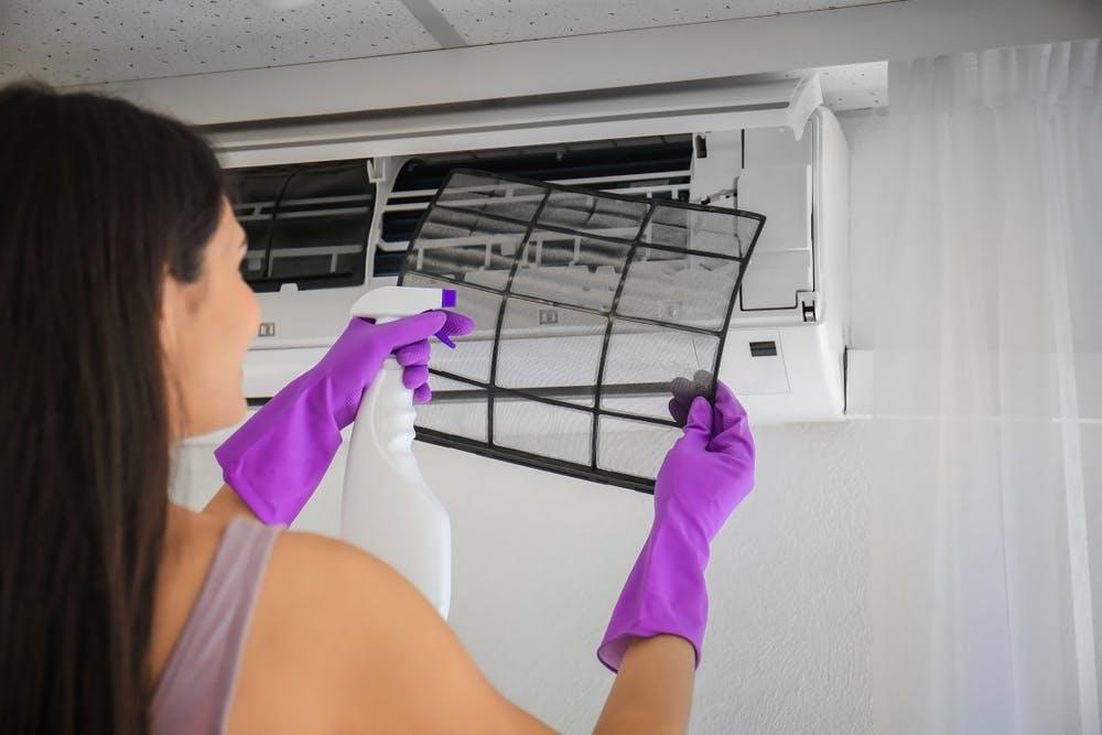 Curățarea aparatului de aer condiționat: cum se face igienizarea lui corectă