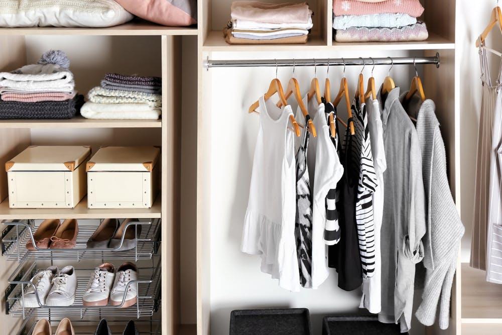 cum amenajarezi hainele in dressing