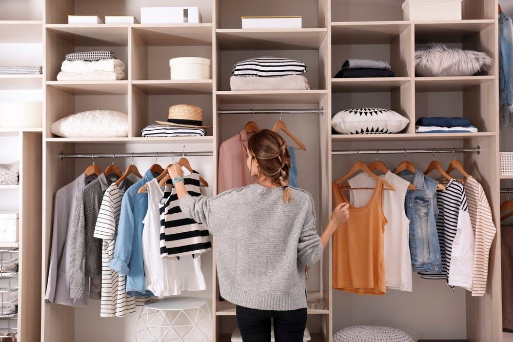 Cum să îți amenajezi dressingul pentru a avea acces rapid la orice piesă vestimentară