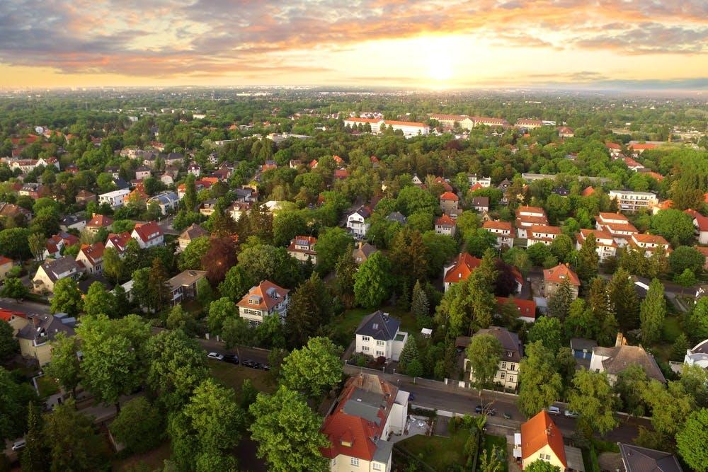 Reguli de construire: distanța față de proprietatea vecină