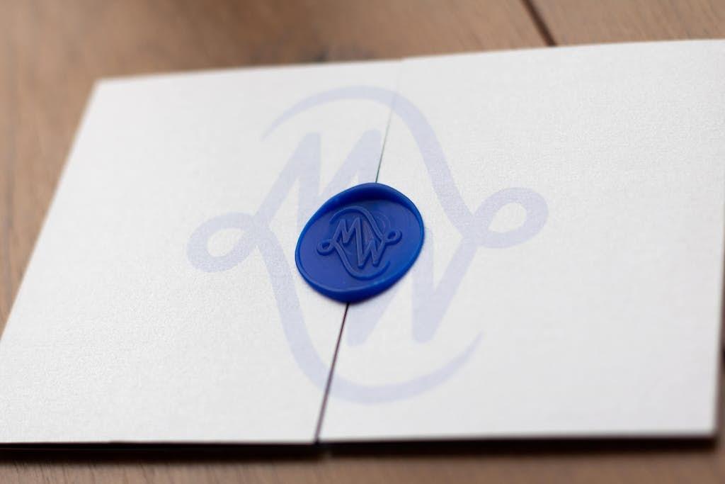 schuine uitlichting trouwkaart met logo en lakzegel