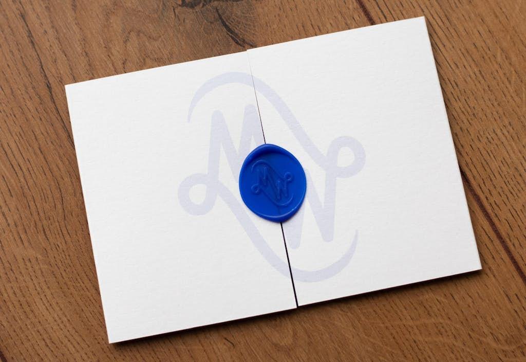 voorkant trouwkaart met logo en lakzegel