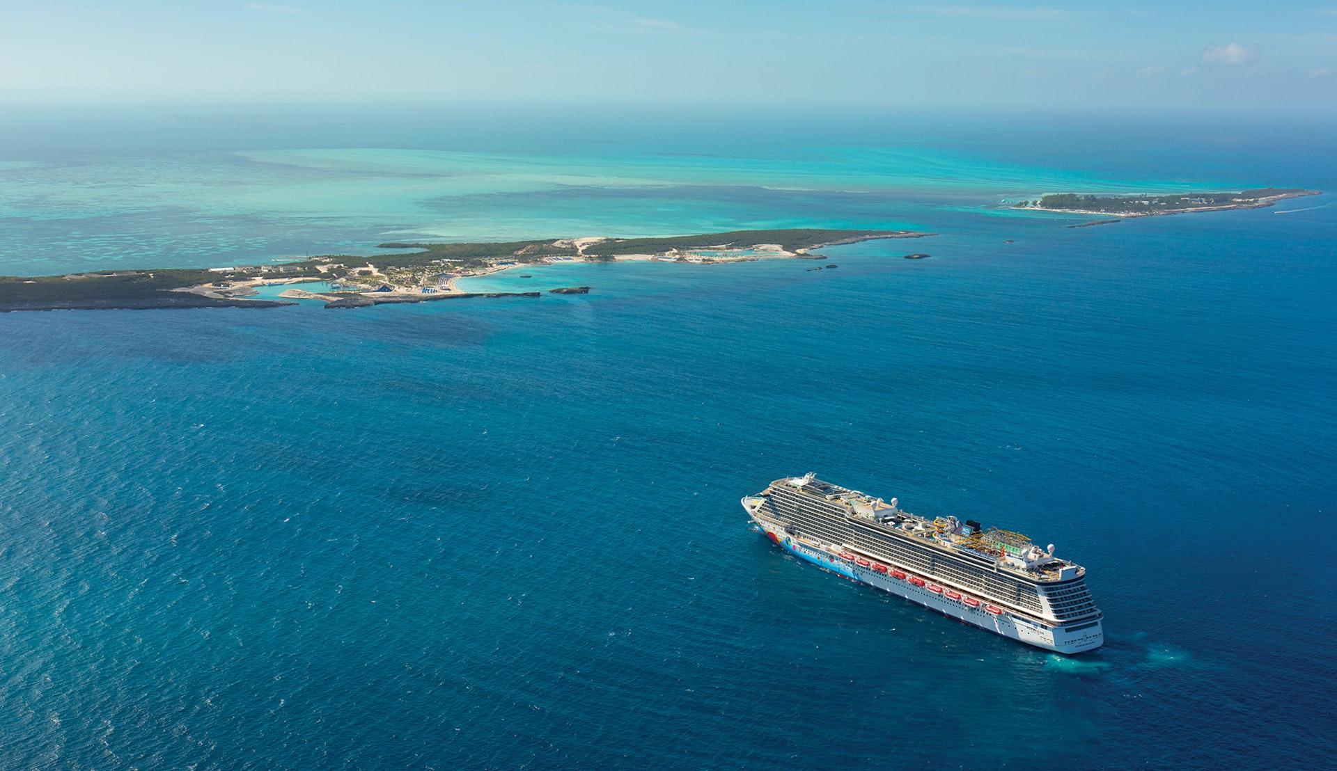 Norwegian Breakaway kryssar fram mot flera mindre öar i Karibien.