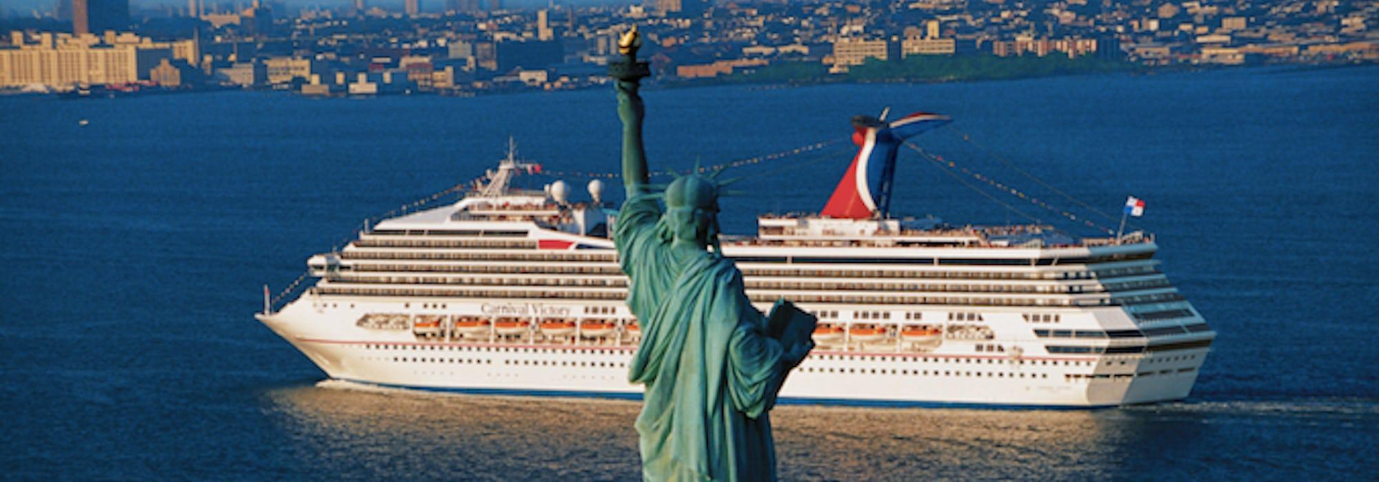Fartyget Carnival Radiance kryssar förbi Statue of Liberty, frihetsgudinnan, i New York.