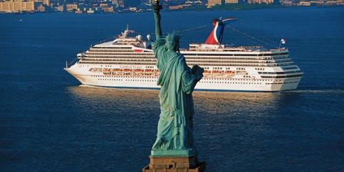 Fartyget Carnival Victory kryssar förbi Statue of Liberty, frihetsgudinnan, i New York.