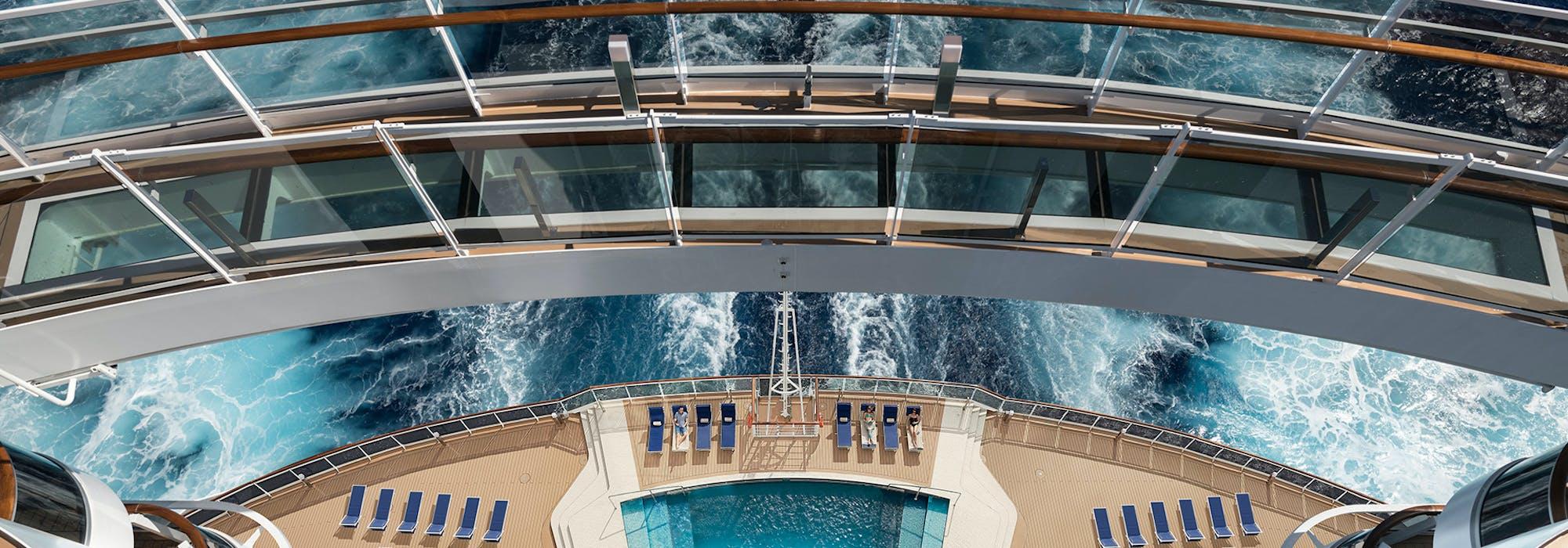 Bild tagen uppifrån och ner på MSC Seasides akter med konceptet Waterfront i fokus.