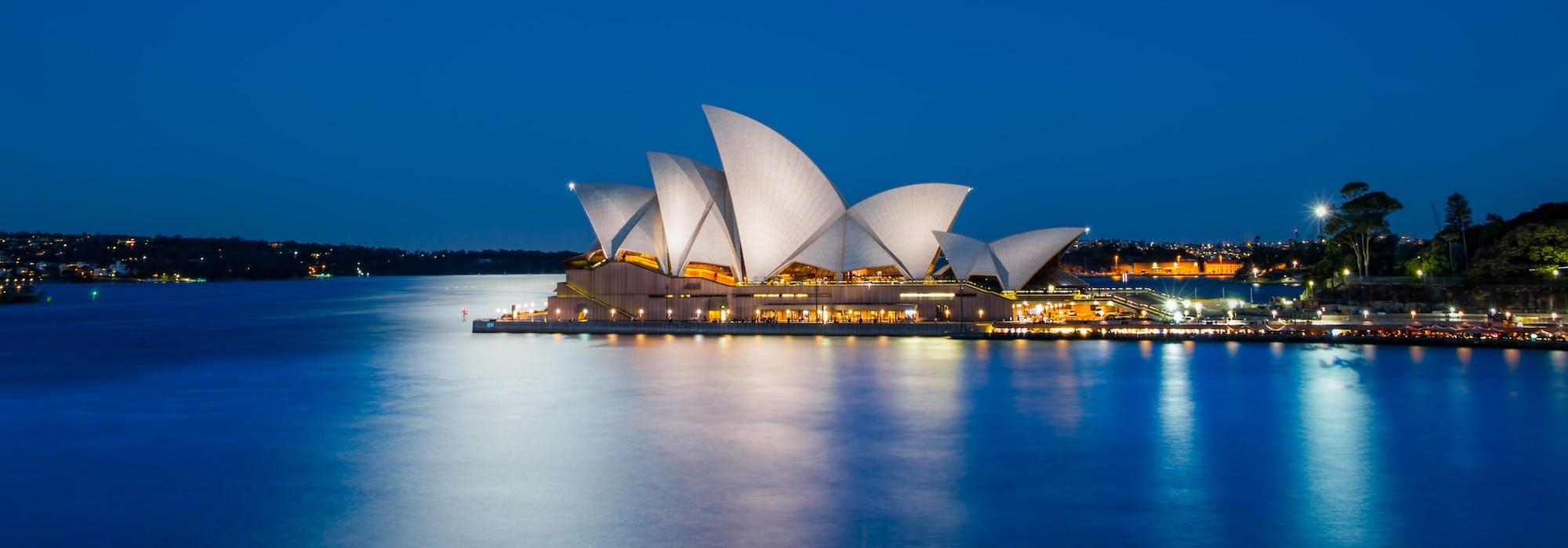 Bild i månljuset på det ikoniska operahuset i Sydney.