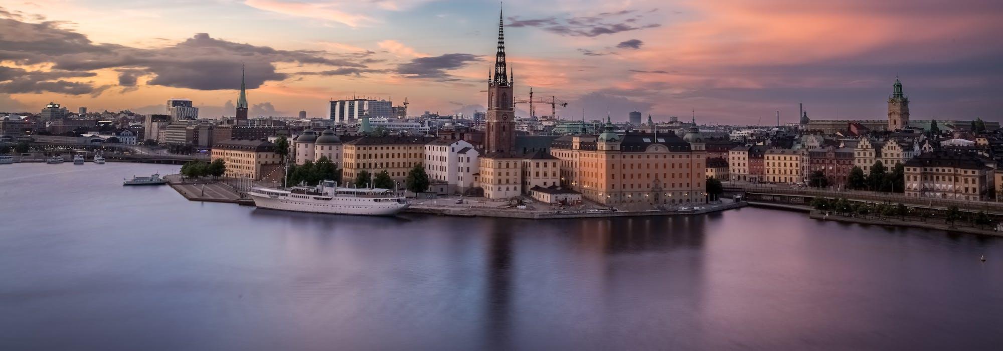 Bild från ovan på Stockholm med havet och höga byggnader i bakgrunden.