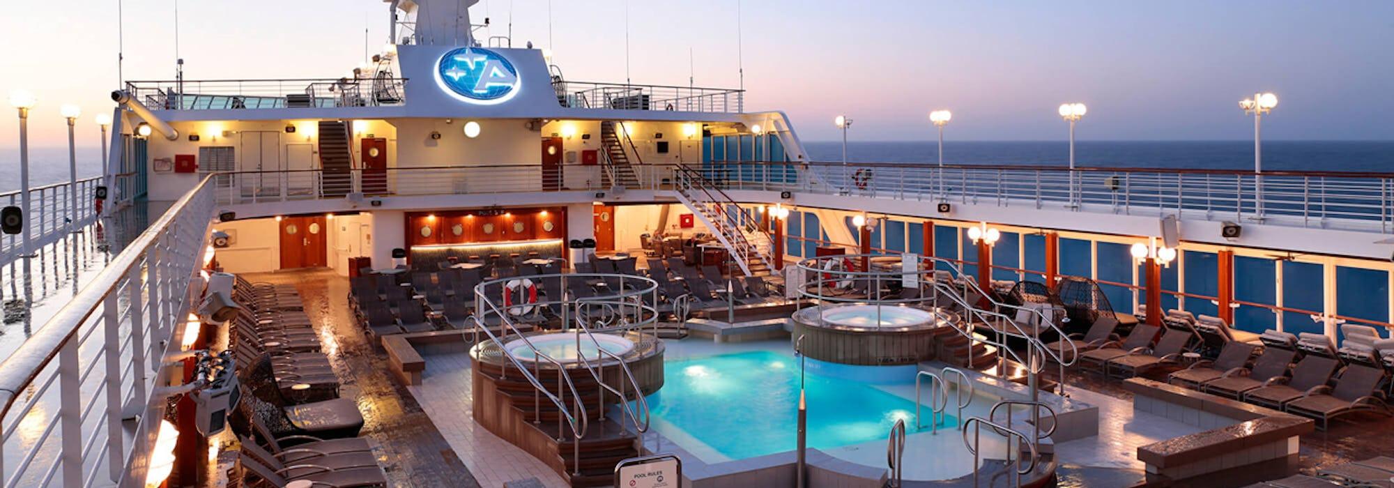 Bild på pool- och soldäcket på lyxiga Azamara Journey.