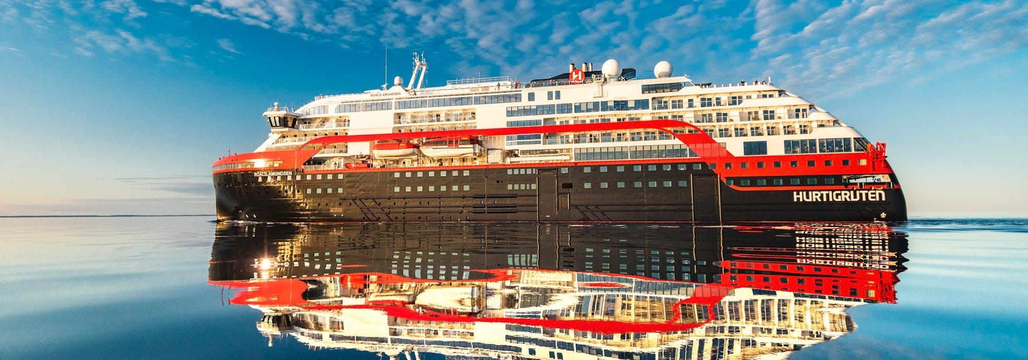 Bild från sidan på Hurtigrutens fartyg MS Roald Amundsen.