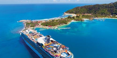 Bild uppifrån när Navigator of the Seas lämnar en hamn i Karibien.