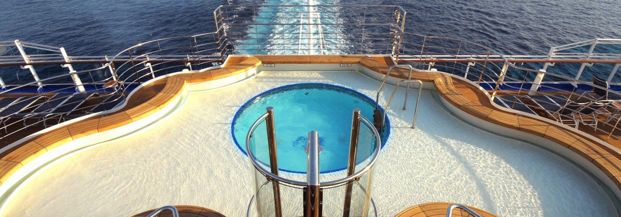 Bild från ovan på aktern på fartyget Regal Princess med dess pool i fokus.