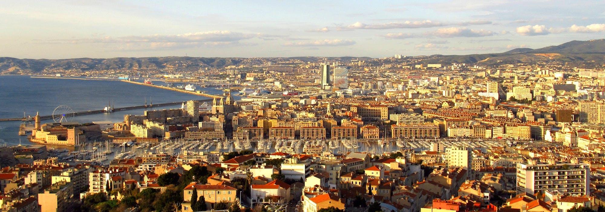 Överblicksbild på Marseille's stadskärna och hamn.