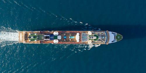Bild tagen från ovan när fartyget Celebrity Millennium kryssar fram på öppet hav.