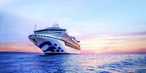 Bild på fartyget Sapphire Princess i solnedgången.