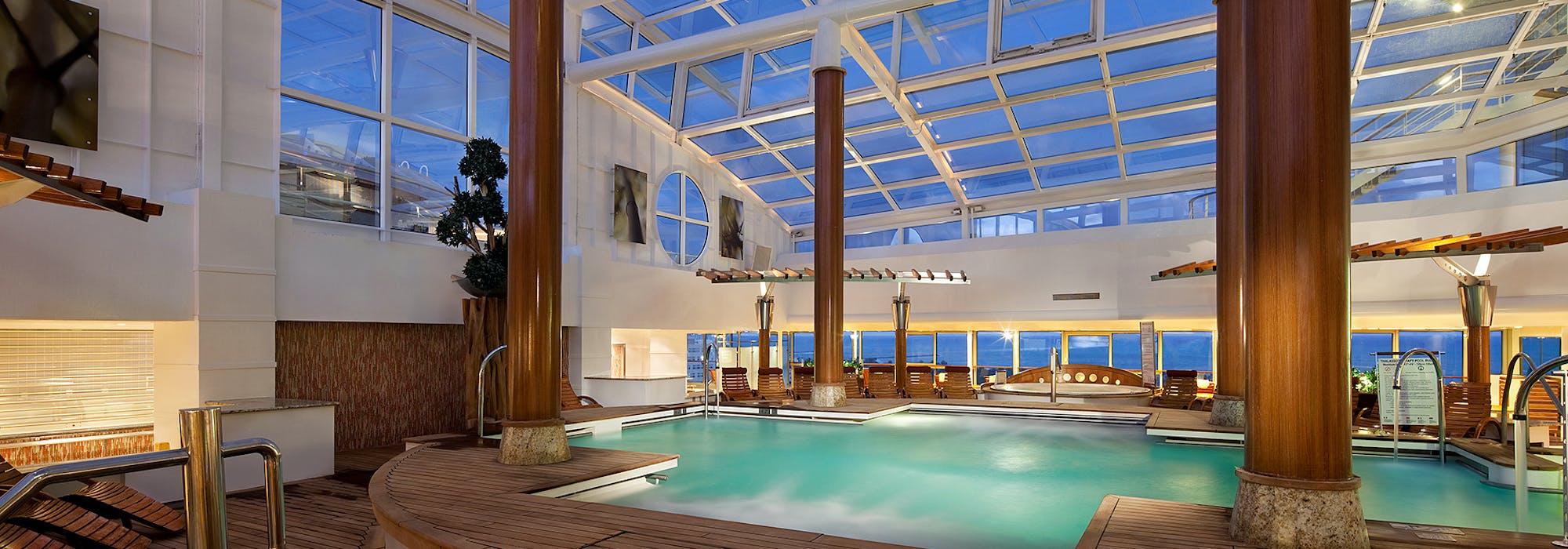 Stilrent inglasat poolområde på Celebrity Infinity.