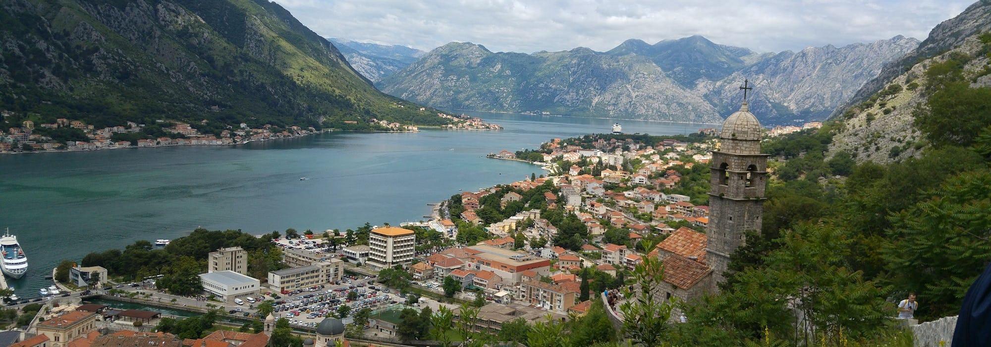 Kryssning till Kotor i Montenegro med berg runtomkring kotorbukten