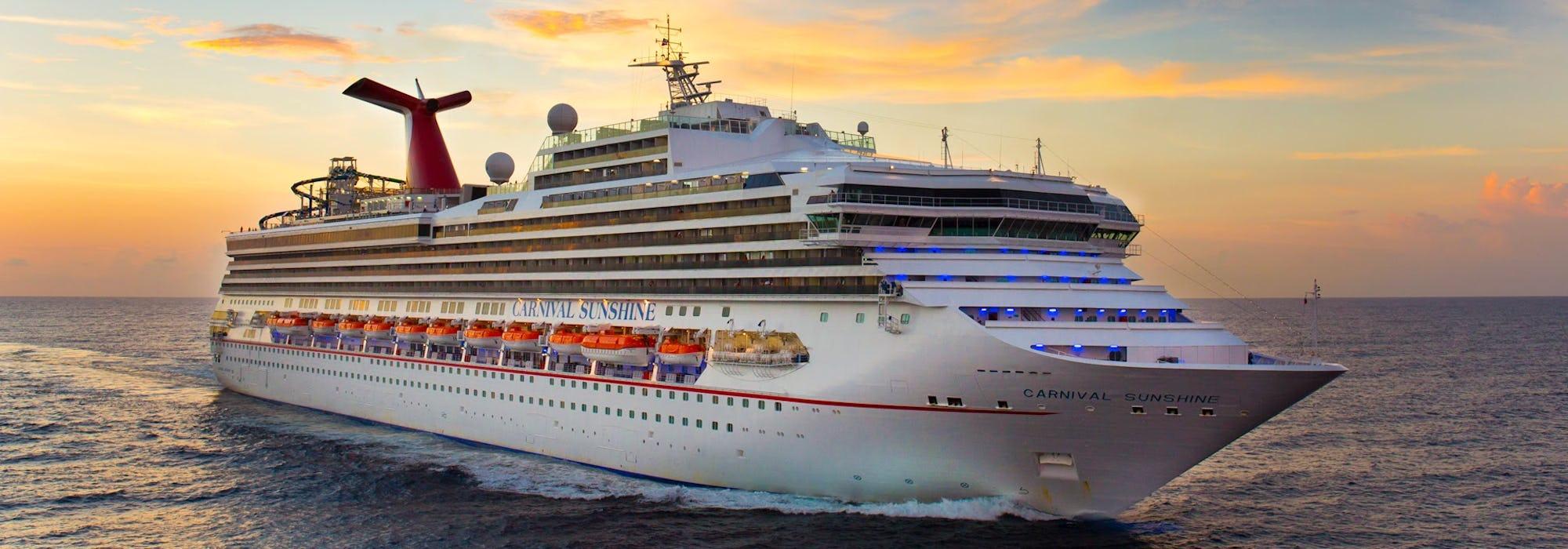 Carnival Sunshine kryssar fram i solnedgången.