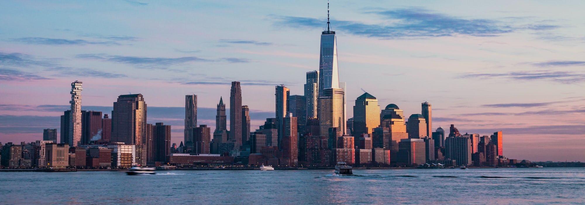 Manhattan i New Yorks skyskrapor uppenbarar sig ur vattnet.