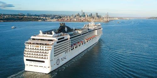 Bild på MSC Magnifica's akter när fartyget närmar sig en hamn.