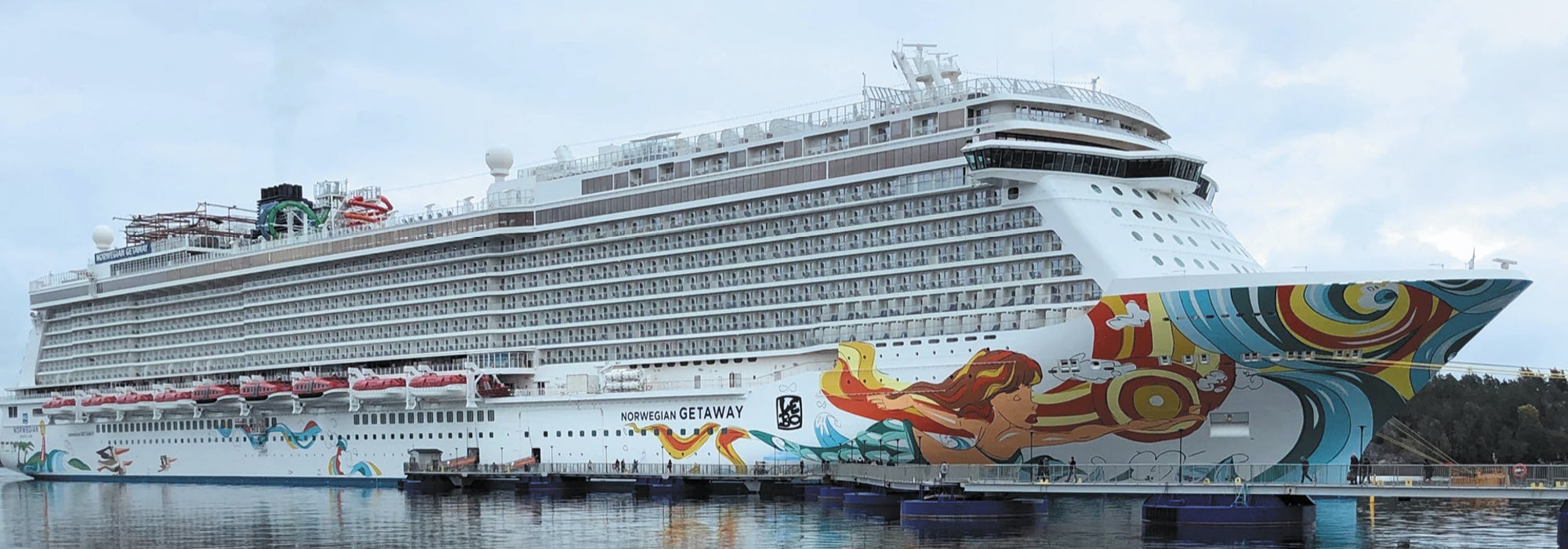 Norwegian Getaway står ankrad i hamn.