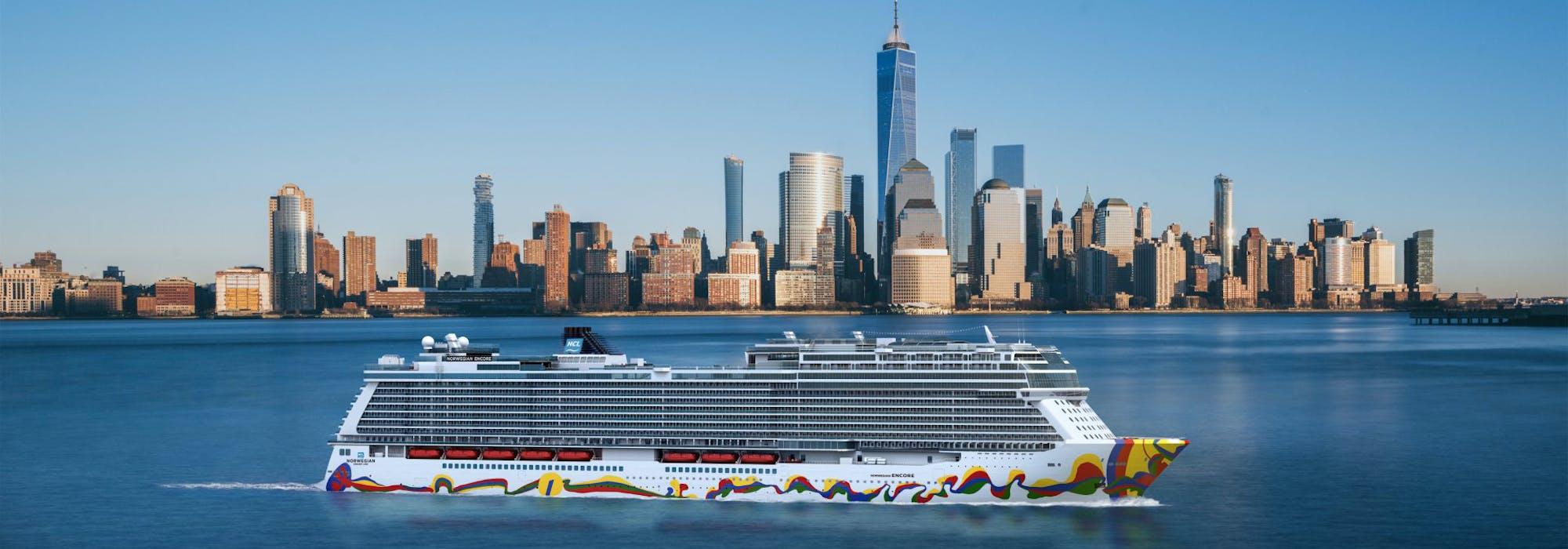 Norwegian Encore från sidan med Manhattans skyskrapor i New York i bakgrunden.