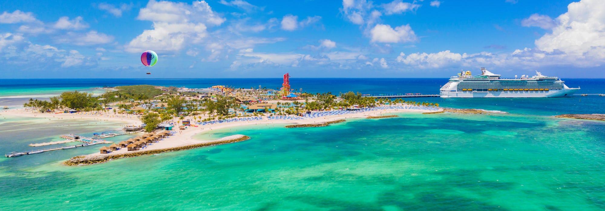 Mariner of the Seas i bakgrunden lämnar Royal Caribbeans egna ö - Perfect day at CocoCay.