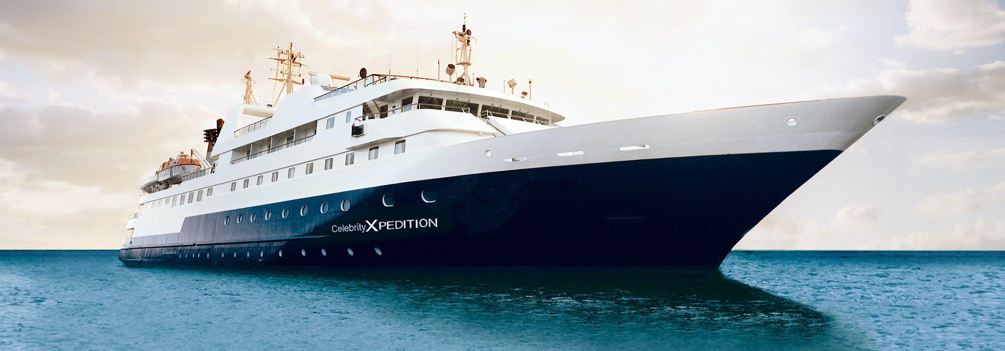 Bild på Celebrity Xpedition snett från sidan.
