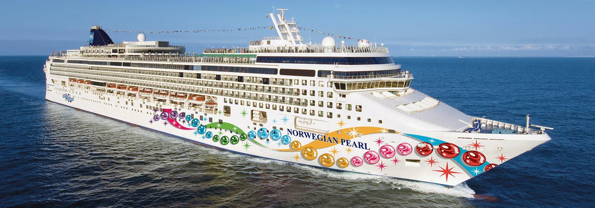 Bild på Norwegian Pearl tagen från sidan medan fartyget kryssar sig fram.