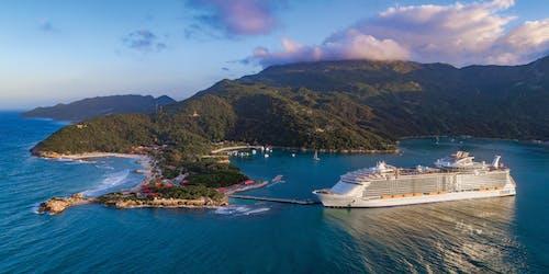 Bild från en drönare på Harmony of the Seas som ligger i hamn utanför Labadee i Karibien.