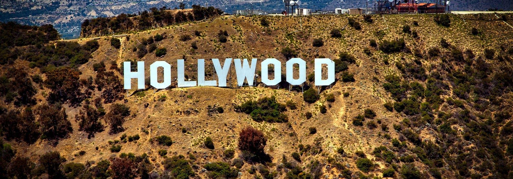 Den ikoniska Hollywood-skylten på bergskanten.