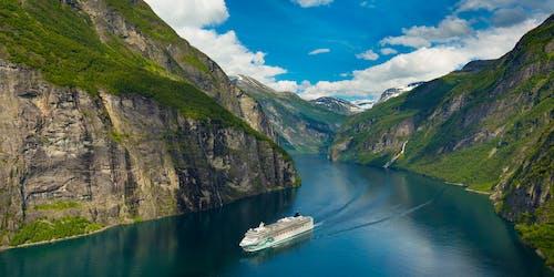 Norwegian Jade kryssar genom de otroligt vackra norska fjordarna.