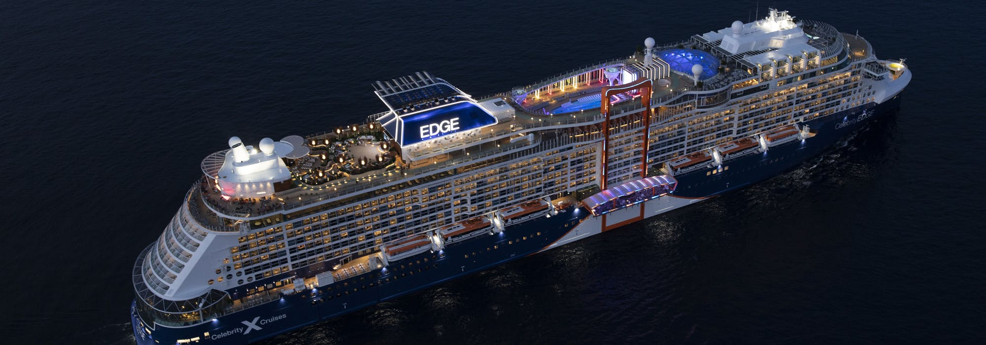 Fartyget Celebrity Edge upplyst i mörkret.