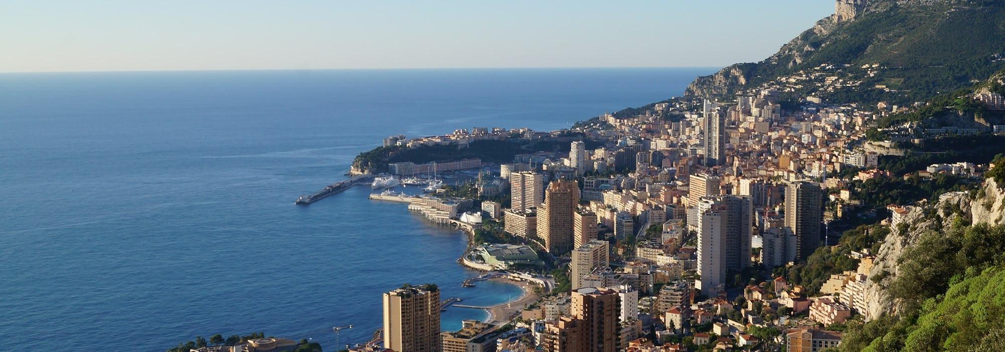 Bild från ovan på Monte Carlos marina med havet till vänster och hur och berg till höger.