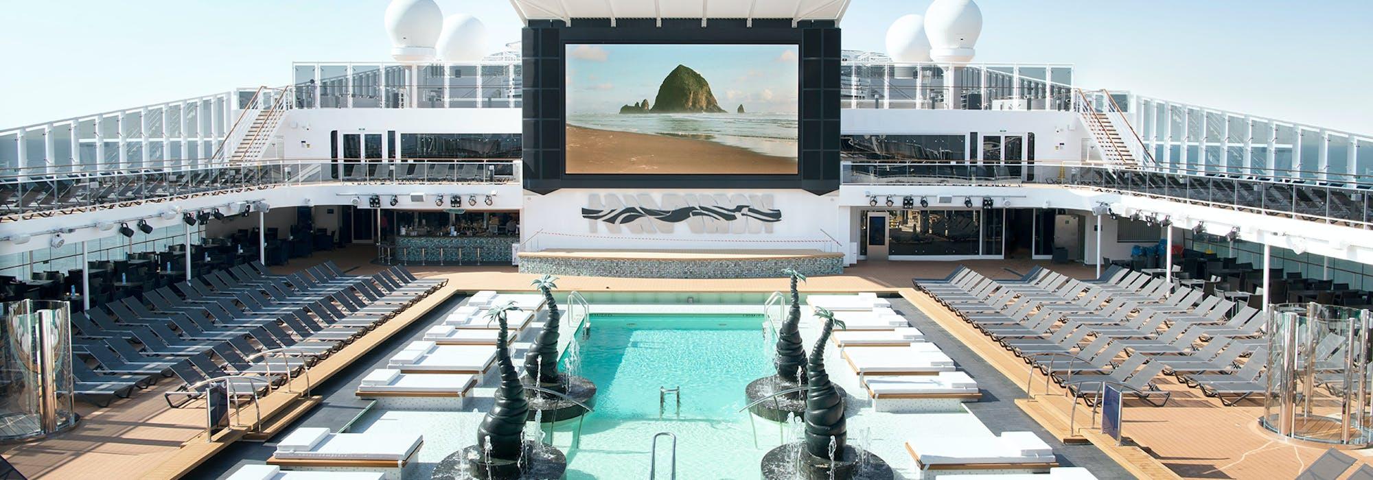 Vy över MSC Bellissima's pool- och soldäck.