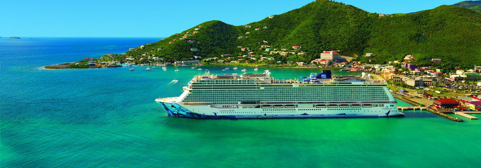 Norwegian Bliss ligger vid en hamn i Karibien.