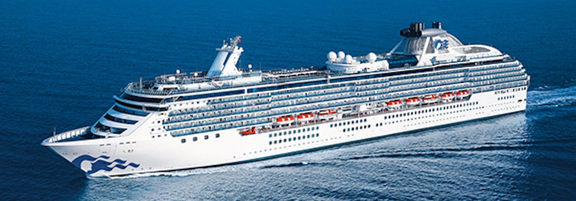 Bild tagen snett uppifrån på fartyget Coral Princess som kryssar fram.