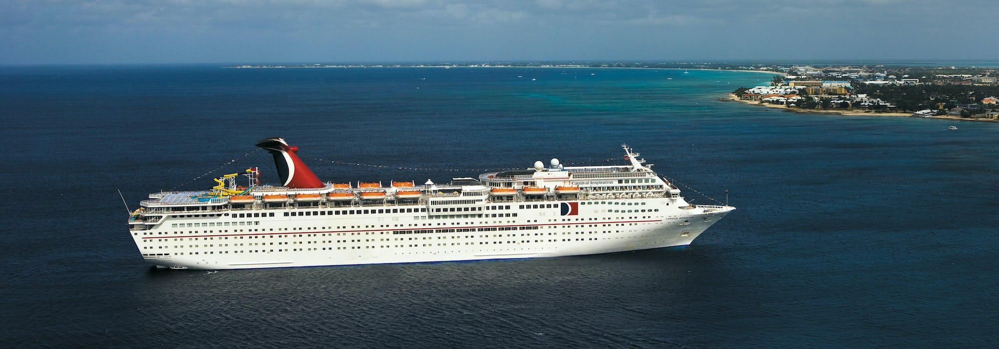 Fartyget Carnival Inspiration närmar sig en landmassa.