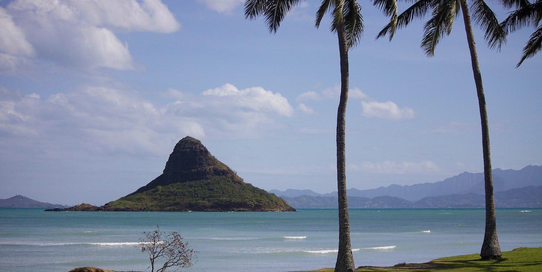 Vacker natur med havet, gröna berg och det ljusblå havet.